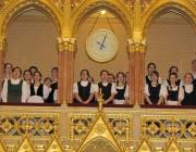 A Budapesti Német Nemzetiségi Gimnázium kórusa a Parlamentben