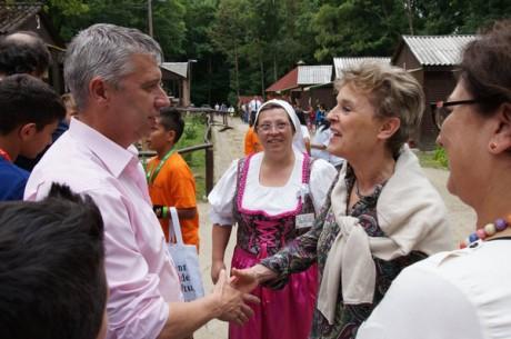 Cyrus nagykövet asszonyt Stayer László, Szécsény polgármestere köszönti(© Bolgárné Jónás Anita)