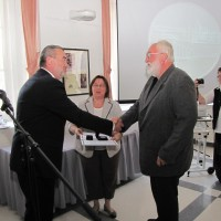 Lankó József plébános átveszi a díjat