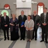 A kitüntetettek csoportja az Alapjogi Biztossal és helyetteseivel