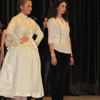 Népviseletek újragondolva – részlet a diákok divatbemutatójából
