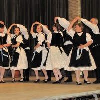 A többgenerációs tánccsoport a színpadon, művészeti vezető Lászlóné Balázsovits Magdolna