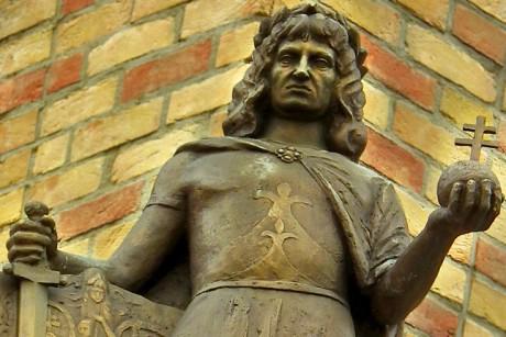 Révkomárom, 2011.szeptember 16. Az Európa Udvarban a Hunyadi Mátyás torony mellett áll Hunyadi Mátyás király bronzszobra mely Szilva Emőke alkotása. A szobrot 2003 évben állították. MTI/Bizományosi: Nagy Zoltán  *************************** Kedves Felhasználó! Az Ön által most kiválasztott fénykép nem képezi az MTI fotókiadásának és archívumának szerves részét. A kép tartalmáért és a szövegért a fotó készítője vállalja a felelősséget.